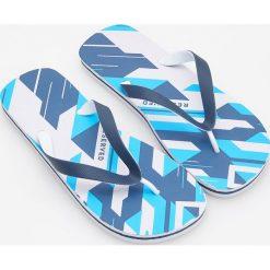 Japonki - Niebieski. Białe japonki damskie marki Reserved, na wysokim obcasie. W wyprzedaży za 19,99 zł.