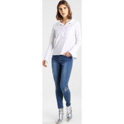 New Look EMBELLSIHED BUTTERCUPP Jeansy Slim Fit mid blue. Czarne jeansy damskie marki New Look, z materiału, na obcasie. Za 209,00 zł.