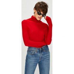 Tommy Jeans - Sweter. Czerwone golfy damskie marki Tommy Jeans, m, z dzianiny, z krótkim rękawem. W wyprzedaży za 279,90 zł.