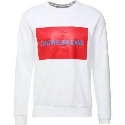 Calvin Klein Jeans INSTITUTIONAL BOX CREW NECK Bluza white. Białe bluzy męskie Calvin Klein Jeans, m, z bawełny. Za 419,00 zł.