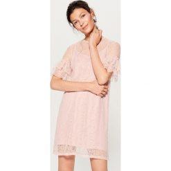 Koronkowa sukienka z falbankami - Różowy. Różowe sukienki koronkowe marki numoco, l, z dekoltem w łódkę, oversize. W wyprzedaży za 59,99 zł.