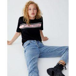 Koszulka z panelem z napisem. Czarne t-shirty damskie Pull&Bear, z napisami. Za 24,90 zł.