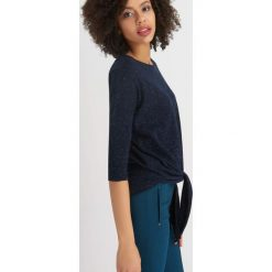 Odzież damska: Metaliczny sweter z wiązaniem