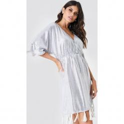 NA-KD Boho Cekinowa sukienka z frędzlami - Silver. Niebieskie sukienki boho marki NA-KD Boho, na imprezę, w koronkowe wzory, z koronki, na ramiączkach, mini. W wyprzedaży za 38,99 zł.