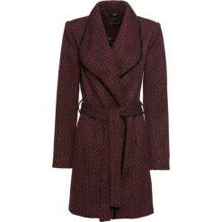 Płaszcz kopertowy bonprix czerwony rubinowy - czarny wzorzysty. Czerwone płaszcze damskie bonprix. Za 239,99 zł.