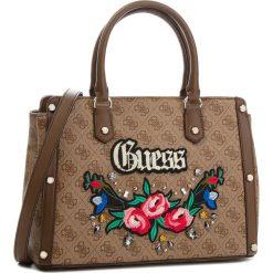 Torebka GUESS - HWSG69 92060 BROWN. Brązowe torebki klasyczne damskie Guess, z aplikacjami, ze skóry ekologicznej, duże. W wyprzedaży za 489,00 zł.