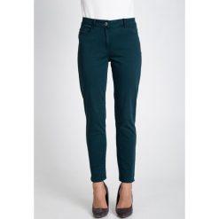 Spodnie w kolorze butelkowej zieleni QUIOSQUE. Zielone spodnie z wysokim stanem QUIOSQUE, w paski, z denimu. W wyprzedaży za 109,99 zł.