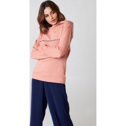 Rut&Circle Bluza z dużym kapturem Penny - Pink. Różowe bluzy z kapturem damskie marki Rut&Circle, z nadrukiem, z długim rękawem, długie. W wyprzedaży za 64,78 zł.