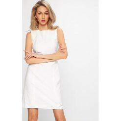 Tommy Hilfiger - Sukienka Monica. Szare sukienki mini marki TOMMY HILFIGER, m, z nadrukiem, z bawełny, casualowe, z okrągłym kołnierzem. W wyprzedaży za 449,90 zł.