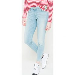 Wrangler - Jeansy Skinny Crop. Szare jeansy damskie rurki marki Wrangler, na co dzień, m, z nadrukiem, casualowe, z okrągłym kołnierzem, mini, proste. W wyprzedaży za 169,90 zł.