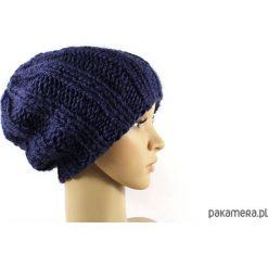 Czapki damskie: granatowa grubaśna czapka robiona na drutach