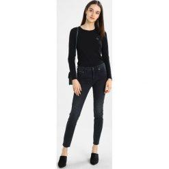 Armani Exchange Jeansy Slim Fit indigo denim. Czarne jeansy damskie relaxed fit marki Armani Exchange, l, z materiału, z kapturem. W wyprzedaży za 370,30 zł.