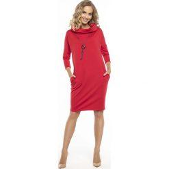 Codzienna Czerwona Sukienka z Szerokim Golfem. Czerwone sukienki balowe marki Molly.pl, na co dzień, l, z dzianiny, z golfem, oversize. Za 139,90 zł.