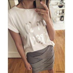 Damska koszulka I am so tired (biała). Niebieskie bralety marki Pakamera, z bawełny. Za 90,00 zł.