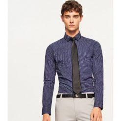Koszula slim fit z mikroprintem - Granatowy. Niebieskie koszule męskie slim marki Reserved, m. Za 69,99 zł.