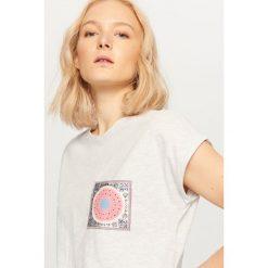 T-shirty damskie: T-shirt z ozdobną kieszonką – Jasny szar