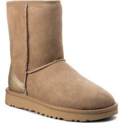 Buty UGG - W Classic Short II Metallic 1019030 W/Dri. Szare buty zimowe damskie marki Ugg, z materiału, z okrągłym noskiem. Za 899,00 zł.