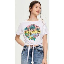 T-shirt z wiązaniem - Biały. Białe t-shirty damskie marki Sinsay, l. W wyprzedaży za 14,99 zł.