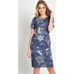 Granatowa sukienka w kwiaty QUIOSQUE. Niebieskie sukienki balowe marki QUIOSQUE, w kwiaty, z jeansu, z dekoltem na plecach, z krótkim rękawem, mini. W wyprzedaży za 79,99 zł.