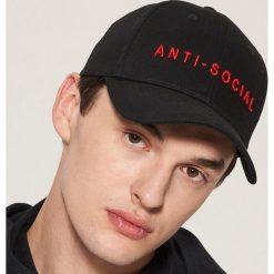 Czapka z daszkiem - Czarny. Czarne czapki z daszkiem męskie House. W wyprzedaży za 19,99 zł.