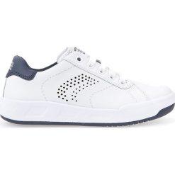 """Sneakersy """"Rolk Boy"""" w kolorze białym. Niebieskie trampki chłopięce marki geox kids, z gumy. W wyprzedaży za 129,95 zł."""