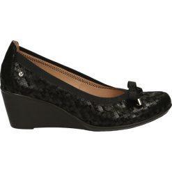 Czółenka - 125 KRA2 NERO. Czarne buty ślubne damskie Venezia, ze skóry, na koturnie. Za 179,00 zł.