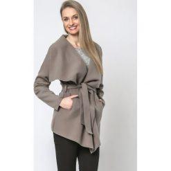Płaszcze damskie pastelowe: Płaszcz krótki z paskiem wiązany mocca