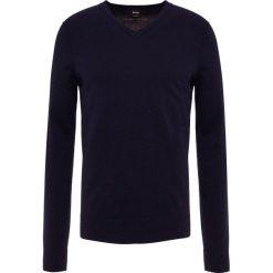 BOSS CASUAL KWESVIROW Sweter dark blue. Niebieskie swetry klasyczne męskie BOSS Casual, m, z bawełny. Za 499,00 zł.
