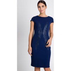 Sukienki balowe: Granatowa sukienka z błyszczącym wzorem QUIOSQUE