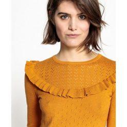 Kardigany damskie: Sweter z okrągłym dekoltem z cienkiej, ażurowej dzianiny, z falbanką