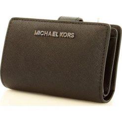 Markowy portfel MICHAEL KORS - JET SET TRAVEL-  black. Czarne portfele damskie Michael Kors, ze skóry. Za 450,00 zł.
