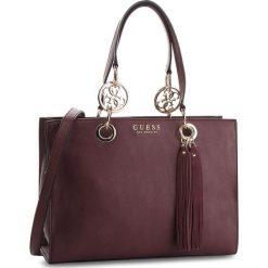 Torebka GUESS - HWVG70 94230 BUR. Czerwone torebki klasyczne damskie Guess, z aplikacjami, ze skóry ekologicznej. Za 699,00 zł.