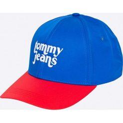 Tommy Jeans - Czapka. Niebieskie czapki z daszkiem damskie Tommy Jeans, z bawełny. W wyprzedaży za 99,90 zł.