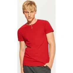 Gładki t-shirt z guzikami - Czerwony. Czerwone t-shirty męskie House, l. Za 35,99 zł.