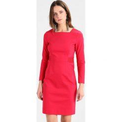 Mos Mosh BLAKE NIGHT DRESS Sukienka etui cherry. Czerwone sukienki marki Mos Mosh, z bawełny. W wyprzedaży za 503,30 zł.