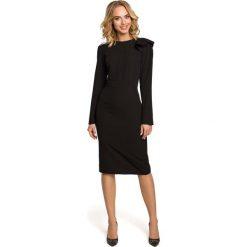 Czarna Sukienka Elegancka Ołówkowa z Falbankami na Ramieniu. Czarne sukienki balowe Molly.pl, do pracy, l, z dekoltem na plecach, z długim rękawem, midi, dopasowane. Za 128,90 zł.