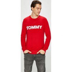 Tommy Jeans - Sweter. Różowe swetry klasyczne męskie Tommy Jeans, l, z aplikacjami, z bawełny, z okrągłym kołnierzem. Za 359,90 zł.