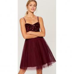 Rozkloszowana sukienka z cekinowym topem - Bordowy. Czerwone sukienki rozkloszowane marki numoco, na ślub cywilny, l, z elastanu, eleganckie, z klasycznym kołnierzykiem, maxi. Za 179,99 zł.