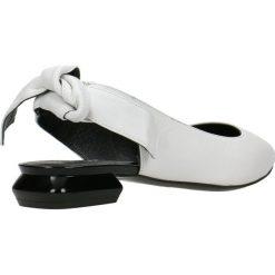 Baleriny ADORA. Białe baleriny damskie z kokardą Gino Rossi, w geometryczne wzory, ze skóry. Za 299,90 zł.