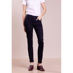 J Brand Jeans Skinny Fit dark ink. Szare jeansy damskie relaxed fit marki J Brand, z bawełny. W wyprzedaży za 431,60 zł.