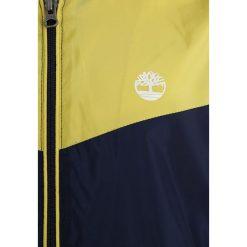 Timberland Kurtka sportowa marine. Niebieskie kurtki chłopięce przeciwdeszczowe Timberland, z materiału, marine. W wyprzedaży za 260,10 zł.