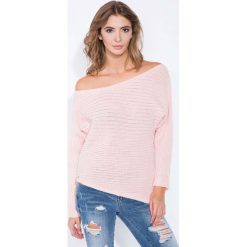 Swetry klasyczne damskie: Pudrowy Sweter Asymetryczny z Łódkowym Dekoltem
