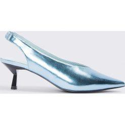 NA-KD Shoes Metaliczne czółenka na niskim obcasie - Blue. Niebieskie buty ślubne damskie NA-KD Shoes, na niskim obcasie. W wyprzedaży za 48,59 zł.
