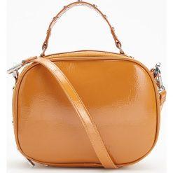 Mała torebka z ćwiekami - Żółty. Żółte torebki klasyczne damskie marki Reserved, małe. Za 99,99 zł.