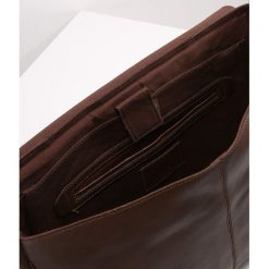 KIOMI Torba na ramię dark brown. Brązowe torby na ramię męskie marki Kazar, ze skóry, przez ramię, małe. W wyprzedaży za 341,10 zł.