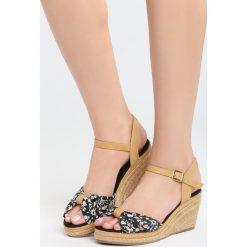 Czarne Sandały Creme Brulee. Białe sandały damskie marki Casu, w kwiaty, na koturnie. Za 69,99 zł.
