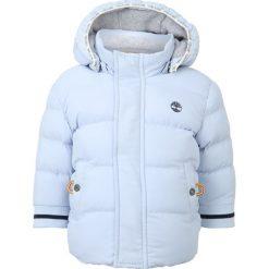 Timberland Kurtka zimowa himmelblau. Niebieskie kurtki chłopięce zimowe marki Timberland, z materiału. W wyprzedaży za 319,20 zł.