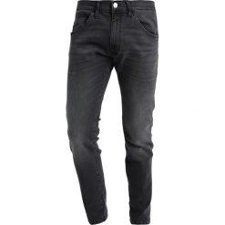 Wrangler BRYSON Jeans Skinny Fit grey zone. Szare rurki męskie marki Wrangler, l, z poliesteru, z kapturem. Za 379,00 zł.