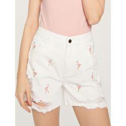 Szorty damskie: Jeansowe szorty w flamingi – Biały