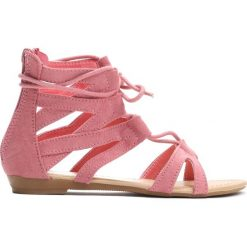 Różowe Sandały Something Crazy. Czerwone sandały dziewczęce marki Born2be, z materiału, z otwartym noskiem, na zamek. Za 39,99 zł.